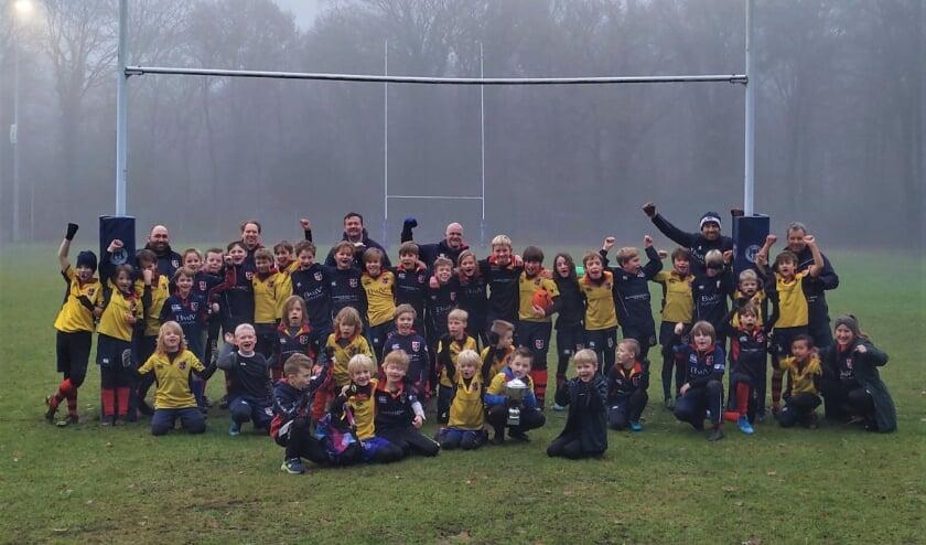 De jeugdleden tot 12 jaar die iedere zaterdag hun best doen om de Rugby Corona Cup wisselbeker te winnen (foto is gemaakt in november bij de start van de Cup)