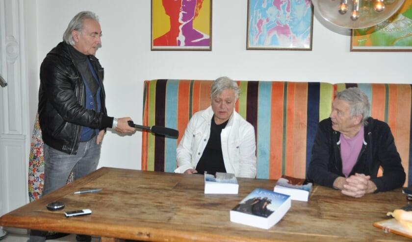 Martin Reitsma interviewt Robert Jan Stips en Rinus Gerritsen bij Erik Kuylaars thuis.
