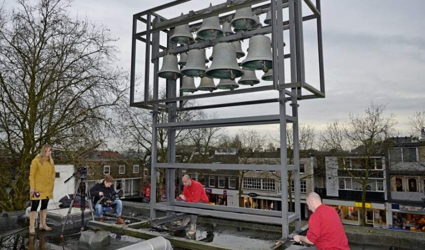 <p>De ontmanteling van het carillon op het oude gemeentehuis in 2015. Sindsdien staat het carillon in de opslag. (archieffoto: Ab Hendriks)&nbsp;</p>