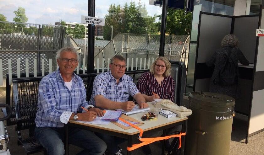 <p>Tijdens de vorige verkiezingen was het mooi weer en kon er zelfs een mobiel stembureau ingezet worden op het station. Of dat dit jaar ook weer kan? (Foto: Gemeente Hellendoorn)</p>