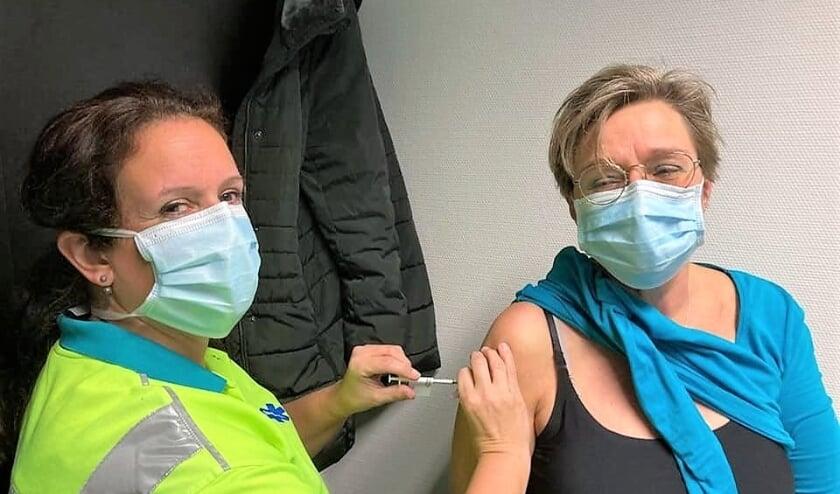 Hennie Deenen (r.) werd als een van de eersten in het dorp gevaccineerd tegen corona. Ze werkt als ambulanceverpleegkundige in de frontlinie.