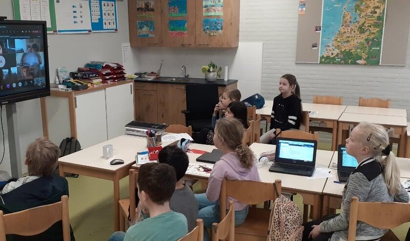 <p>Leerlingen van De Klimboom luisteren aandachtig naar schrijfster Tosca Menten tijdens de leesclinic.&nbsp;</p>