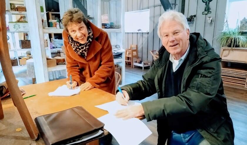 Op de foto Carla Molkenboer, voorzitter van het Odensehuis Culemborg en Secretaris rentmeester Bouwe Metz, van Stichting Elisabeth weeshuis tijdens de ondertekening van het contract.