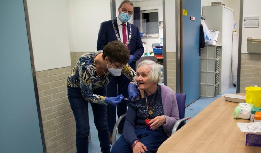<p>Cliënten van 's Heeren Loo in Geldermalsen hebben vorige week als eerste in gemeente West Betuwe het coronavaccin gehad.</p>