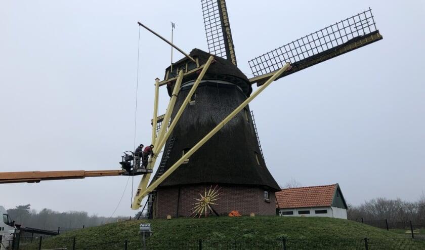 <p>Molen De Vlijt in Wapenveld tijdens het vervangen van de zogenoemde staart.</p>