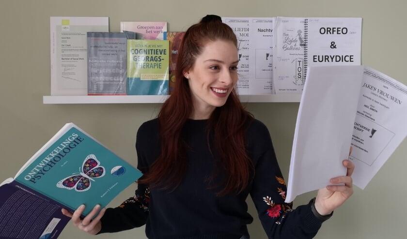 <p>Zoe &#39;t Hooft heeft lang getwijfeld tussen haar studieboeken en haar toneelscripts, maar nu toch een definitieve keus gemaakt. (foto PR)</p>