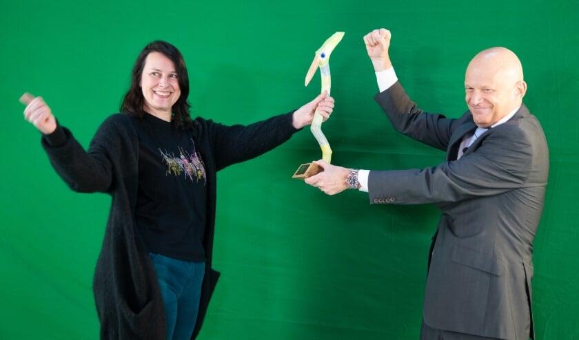 Charlotte van der Heiden krijgt de GroeneVogel vrijwilligersprijs uit handen van wethouder Bert Wijbenga