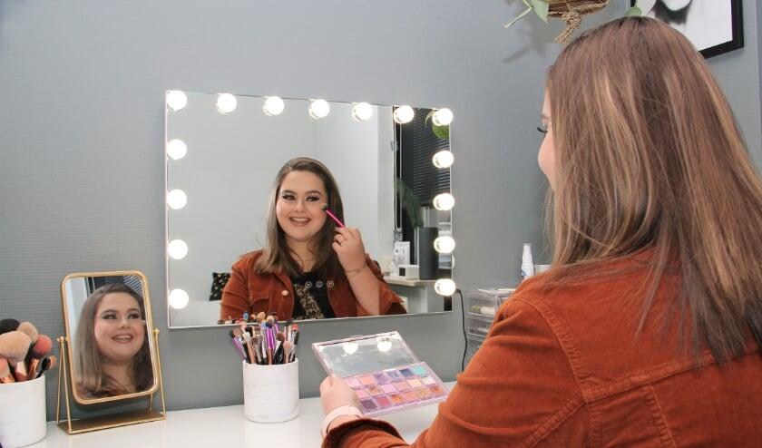 <p>Lisa Wolf op de plek waar ze zich helemaal in haar element voelt: aan haar make-up-tafel thuis in Duiven.</p>