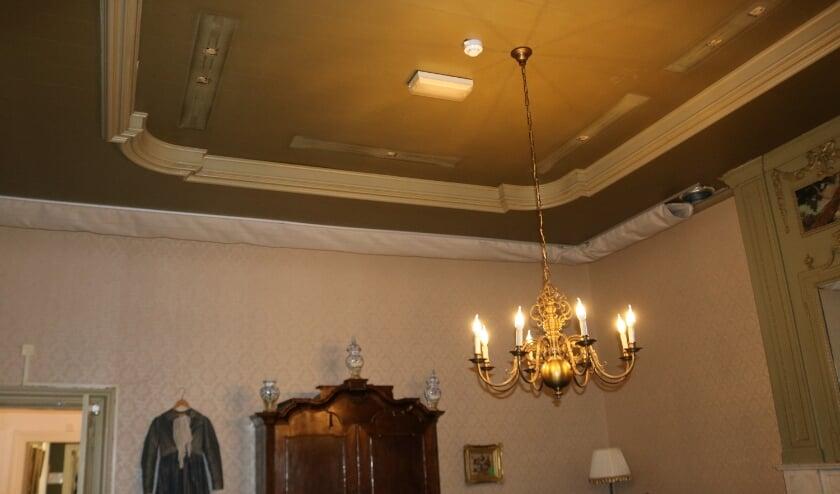 <p>De bijna voltooide luchtzakken aan het plafond van de Pauwenkamer in kasteel de Oosterhof. De TL-balken in dit voormalige kantoor van kraamzorgdirectrice zijn ook verwijderd. (Foto: Jan Joost)</p>