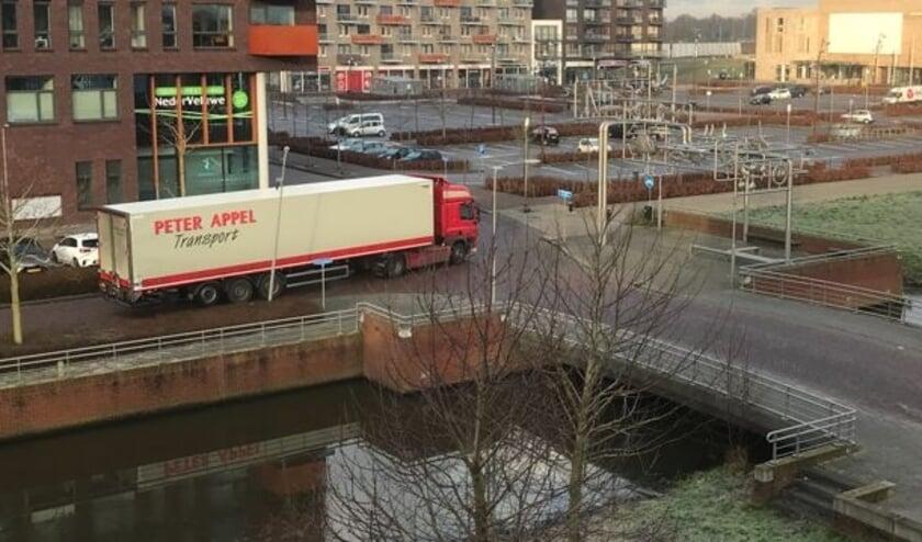 <p>De Van Essenlaan is ongeschikt voor zwaar vrachtverkeer. Maak een aparte ingang achter de Lidl, stelt Rita Schoemaker. (Foto: Rita Schoemaker)</p>