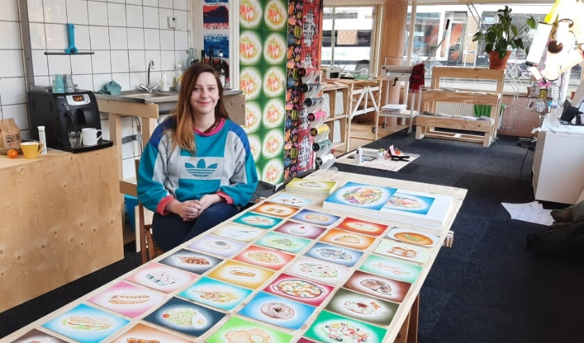 <p>Lisa Blaauwbroek ruilde al vijftig kunstwerken voor eten: wie een tekening wil hebben, moet een maaltijd voor haar bestellen bij een horecazaak. Zo wil ze wat extra horecaomzet genereren.</p>