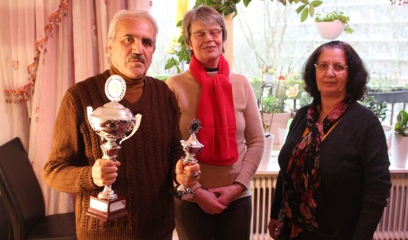 Nangilay Bacharci (links), zijn vrouw (rechts) en afdelingsvoorzitter Baukje Hiemstra (midden)