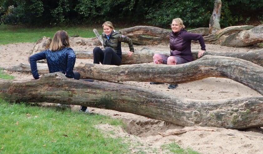 <p>PowerWalk deelnemers trainen in het bos met oefeningen.</p>