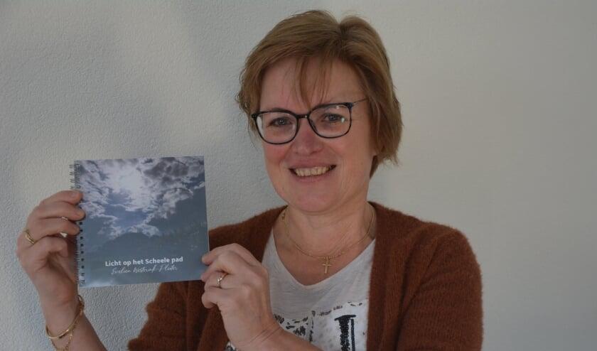 <p>Evelien Westerink toont haar gedichtenbundel.</p>