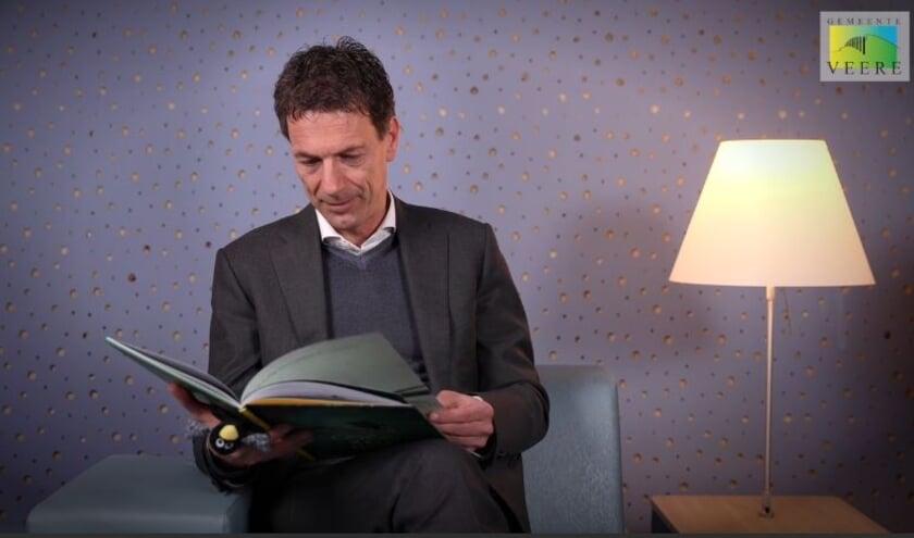 <p>Wethouder Peter Wisse tijdens het voorlezen.</p>