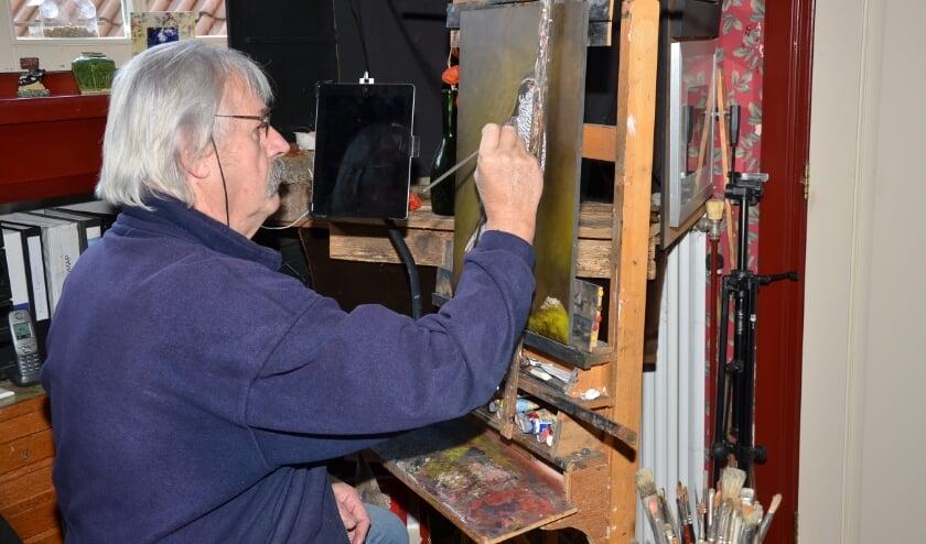 <p>Jan Teunissen in zijn atelier.</p>