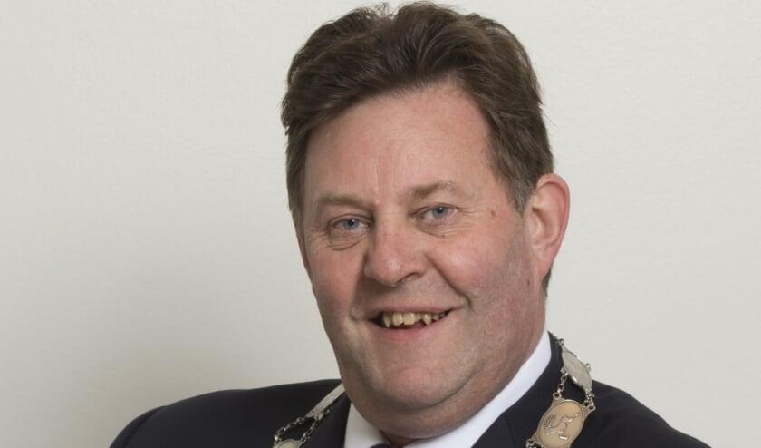<p>Burgemeester Breunis van de Weerd krijgt lof van gemeenteraad over zijn optreden bij coronamaatregelen</p>
