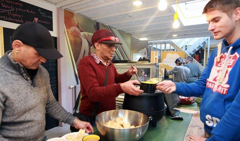 <p>Jimmy Ramshoebag deelt (vóór Coronatijd) soep uit in het vrijdagse soepcafé in de Nieuwe Hommel.&nbsp;</p>