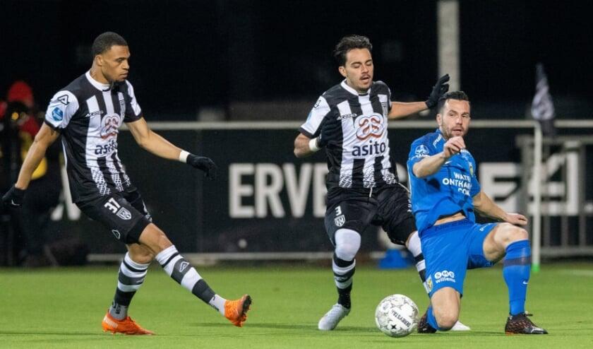 <p>Giacomo Quagliata in duel met Thomas Bruns van Vitesse, links Delano Burgzorg. (Foto: NESimages)</p>