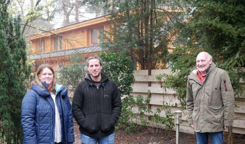 <p>V.l.n.r.: Karin, Mike en Dago in de achtertuin met op de achtergrond het bijgebouw dat al groter is dan hun woningen.</p>