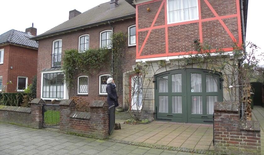 <p>Door het gebrek aan bouwmateriaal is in 1950 gekozen voor rood Engels vakwerk. Een unieke eyecatcher in het centrum van Hengelo. (Foto: Barbara van der Woning)</p>