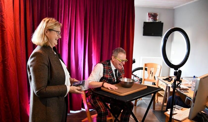 Goochelaar Leo Smetsers heeft er samen met zijn charmante assistente én echtgenote Marij lol in bij het online evenement.
