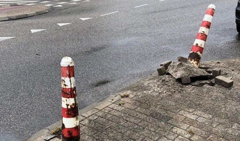 <p>Omvergereden paaltjes, het is maar een voorbeeld van schade in de openbare ruimte die de gemeente Oudewater als het even kan wil verhalen op de veroorzaker. Foto: gemeente Oudewater</p>