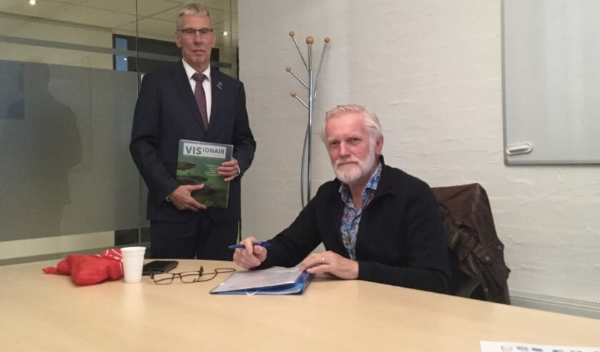 <p>In oktober ondertekenden voorzitter Piet Schouten (rechts) en wethouder Herman van Wiggen de nieuwe overeenkomst voor de visrechten voor de singels. Foto: HSV Montfoort.</p>