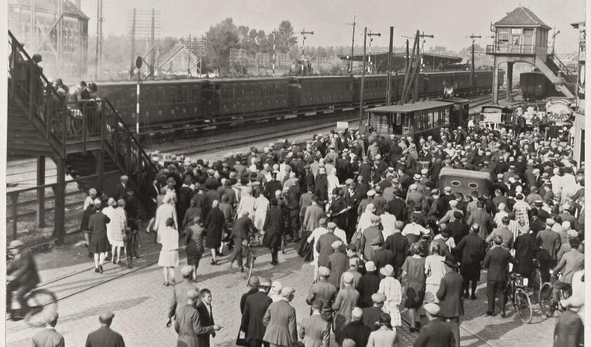 Drukte bij de Woenselse overweg (loopbrug over acht sporen) omstreeks 1930. Het spoor bleek een obstakel voor het verkeer tussen Woensel, en het centrum en Strijp.