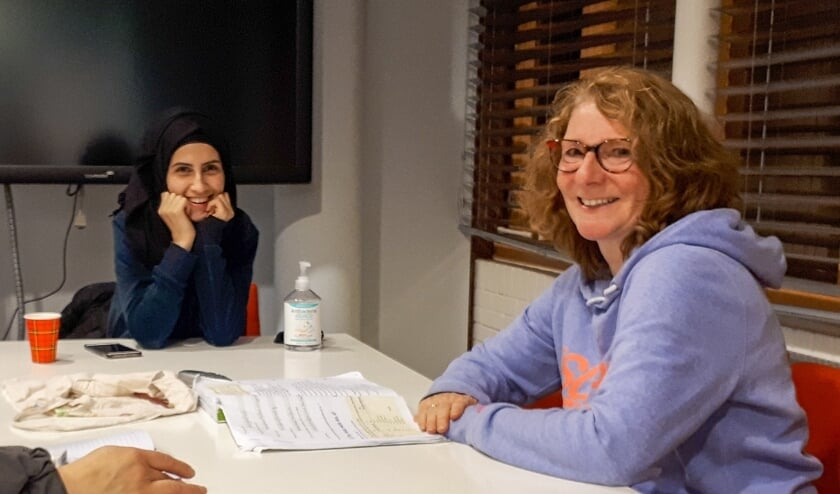 <p>Angela gaat elke dinsdagavond naar de Taalinloop om Maram te ondersteunen bij het Nederlands. Foto: Bibliotheek Lek & IJssel</p>