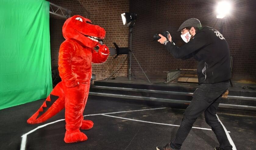 Dino op de filmset met cameraman Mick de Kort voor het Silvoldse online carnavalsfestfijn The Silly Masked Swingo. (foto: Roel Kleinpenning)