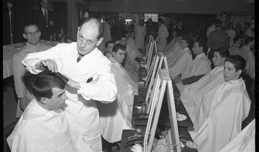 Coen Moulijn bij de kapper in 1960.