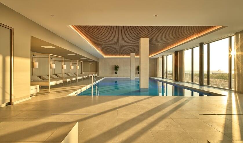 <p>Het zwembad van De Blanke Top is leeg. Er zijn geen gasten in het hotel.</p>