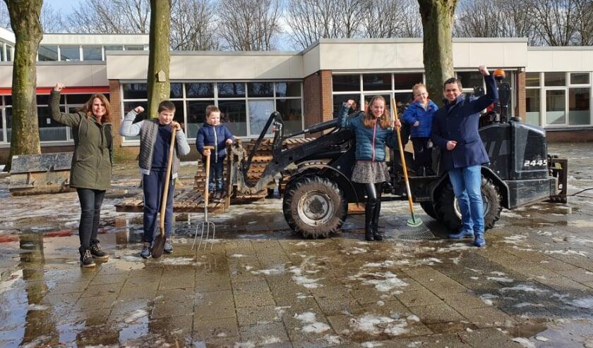 <p>Start werkzaamheden schoolplein. (fotograaf: Ron van de Spreng.)</p>