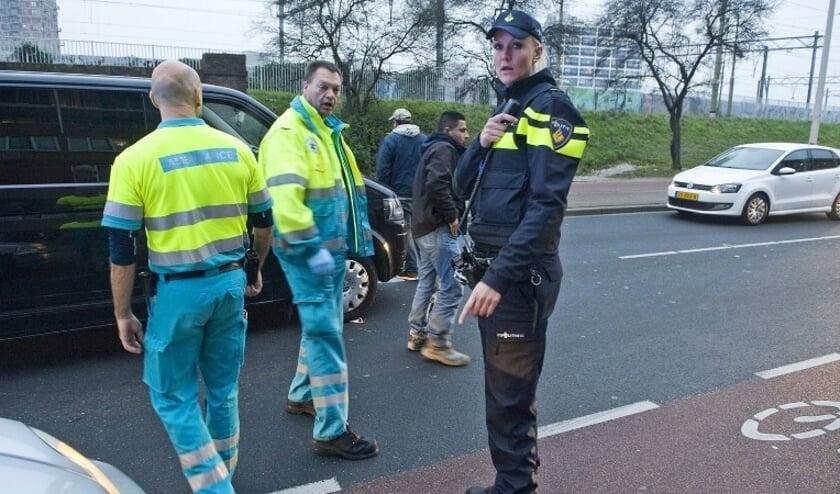 Ambulancebroeders en agente bij incident. Foto: Stockfoto politie