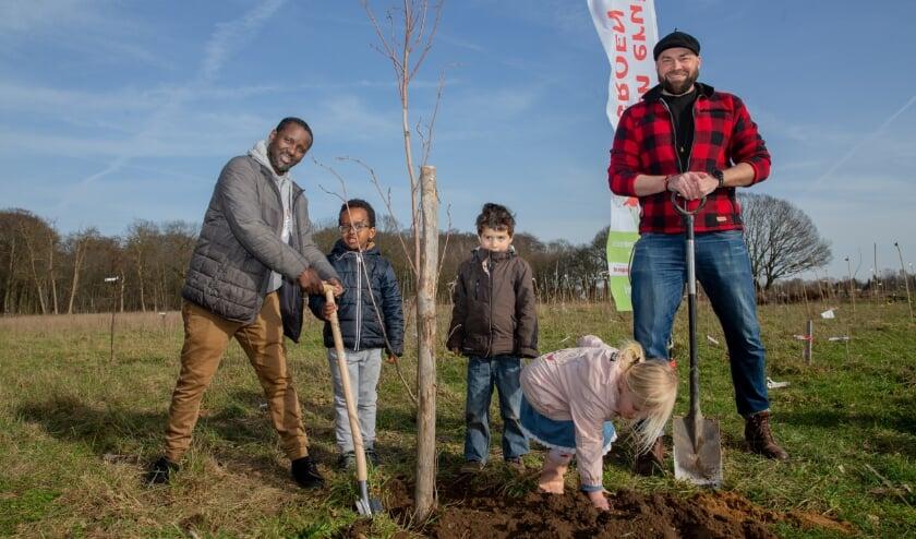<p>&nbsp;Kinderen en leden van netwerk Kleurrijk Groen én Steenbreekambassadeur boswachter Tim hebben bomen en struiken geplant in het Wij-bos in Nijmegen. V.l.n.r.: Abdulhakim, Suleyman, Ravi, Roos en boswachter Tim</p>