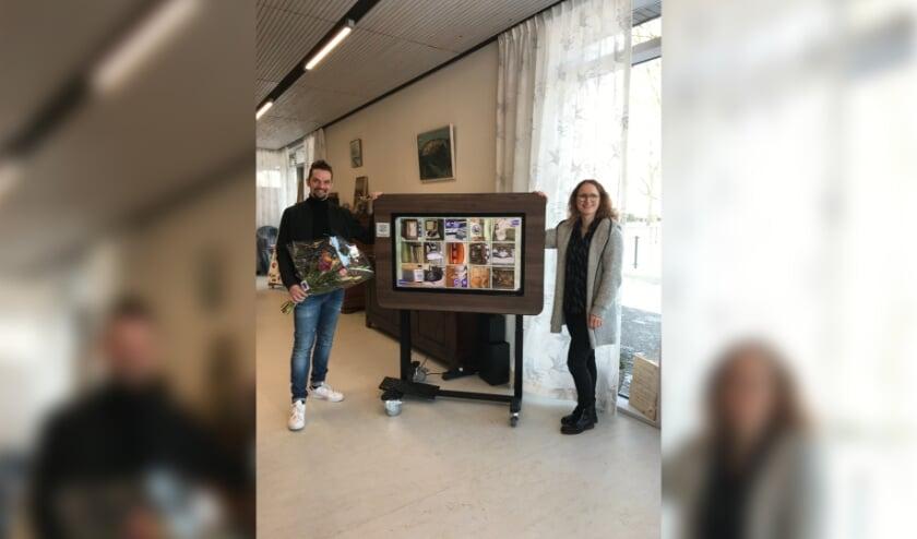 <p>Antall van der Hoek (links) vervulde de hartenwens van Eline van Bruggen-de Zeeuw. Zij wilde een activiteit voor de bezoekers van het Odensehuis, het werd de BeleefTV. (foto pr Odensehuis)</p>