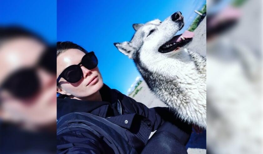 <p>Kim Feenstra en hond Micki.</p>