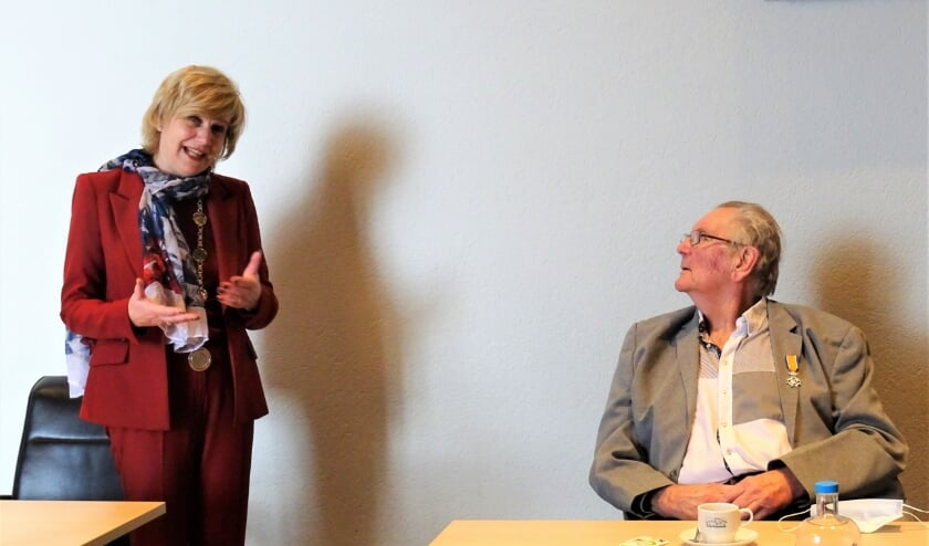 <p>Renkums burgemeester Agnes Schaap verraste &#39;super-vrijwilliger&#39; van TV De Slenk, Cor Vleeming, met een koninklijke onderscheiding.</p>