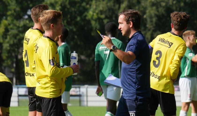 <p>Robin Verheijden coacht tijdens een wedstrijd van het VVV-Venlo JO18-team in Venlo.&nbsp;</p>