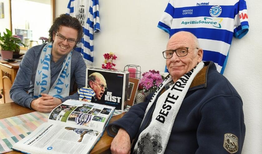 <p>Mark (links) en Henk Melgert, Superboeren in hart en nieren, missen De Graafschap en De Vijverberg. (foto: Roel Kleinpenning)</p>
