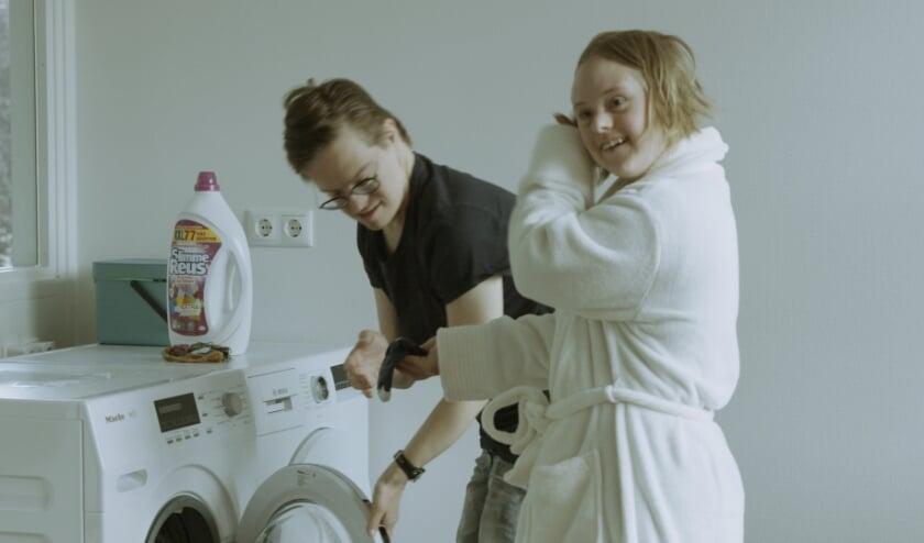 <p>Zelfstandig wonen betekent ook zelf de was doen, dat laten Dedie en Jelle in de documentaire zien.&nbsp;</p>