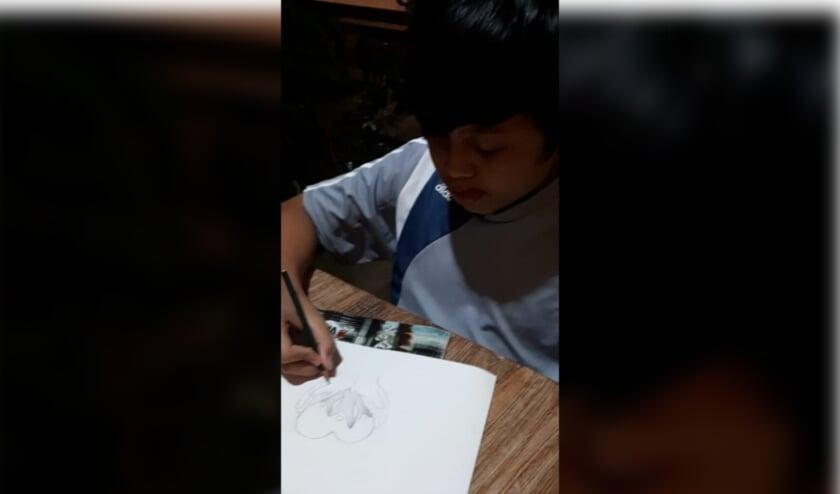 <p>De 14 jarige Elvan Pradnyana uit Bali heeft het logo van Dharma bakti getekend.</p>