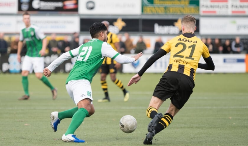 <p>Mogelijk komt er een Veluwe League, zodat Latupeirissa (l) en De Vries op het veld afscheid kunnen nemen van hun clubs.</p>