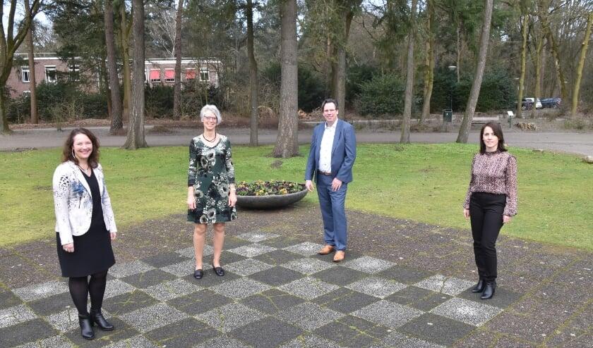 <p>Vlnr: Anne-Marie de Groot (Zorgboog), Coby Nogarede (Zorgboog), Maurice Vanderlinden (Compaan Projecten) en Mirlinda Kida (Zorgboog).</p>