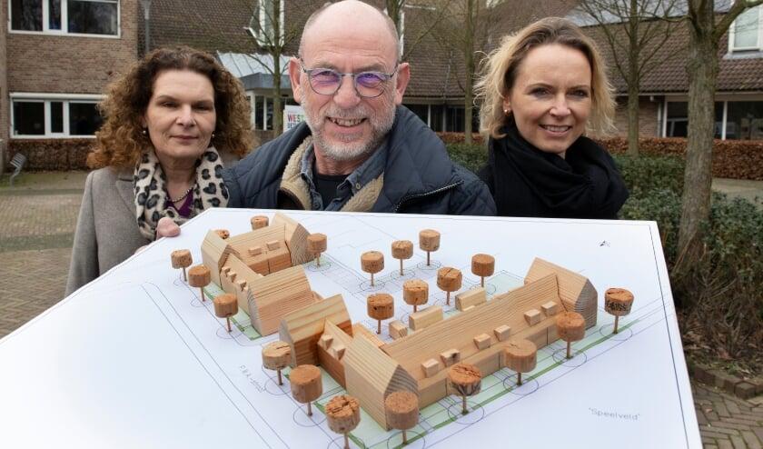 <p>Bertie van Nieuwkoop (l) Piet Timmer en Helma Timmer tonen het bouwplan voor Buurmalsen. &nbsp; &nbsp; &nbsp; &nbsp; Foto: William Hoogteyling</p>