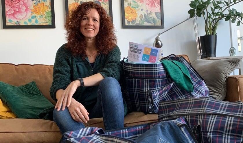 Jennifer en de kledingruiltassen. Foto: Pascalle Heijligenberg