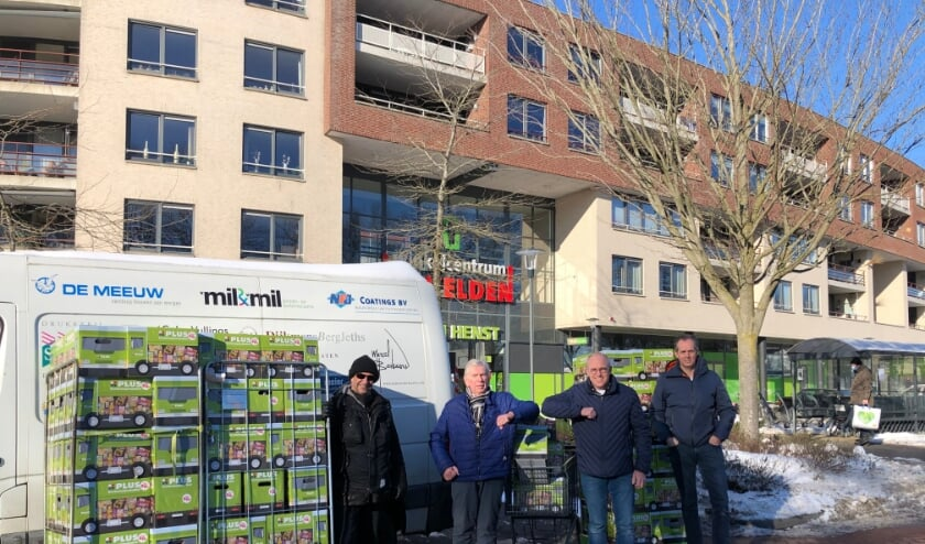 <p>Erwin Kenter en Ton Henst overhandigen de pakketten aan Wil Mar&eacute;chal van de Voedselbank Best, Oirschot en Son en Breugel.</p>