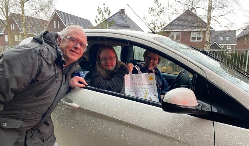 <p>Jildert de Boer werd na schooltijd met een speciale drive thru uitgezwaaid door zijn collega&rsquo;s, oud-collega&rsquo;s en leerlingen.</p>