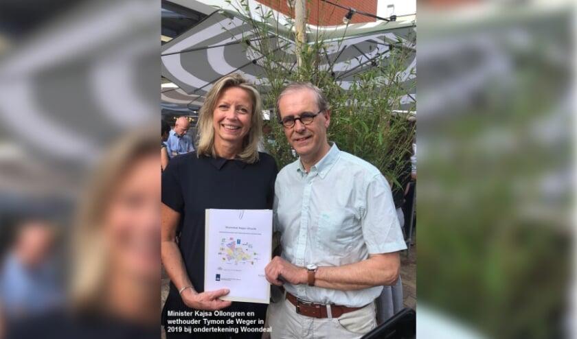 <p>Minister Kajsa Ollongren en wethouder Tymon de Weger in 2019 bij ondertekening Woondeal.</p>